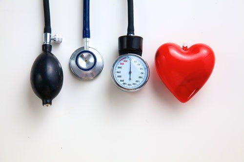 uno stetoscopio, un misura pressione e un cuoricino rosso