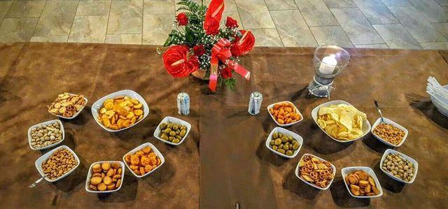 Tavola di snacks, fiori e una candela