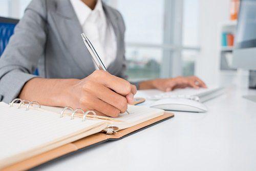 Mani di una donna che sta scrivendo