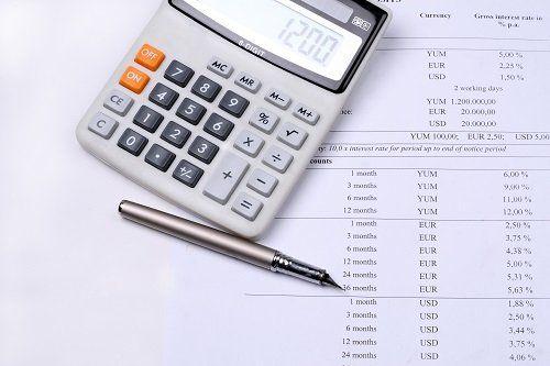 una calcolatrice e una penna