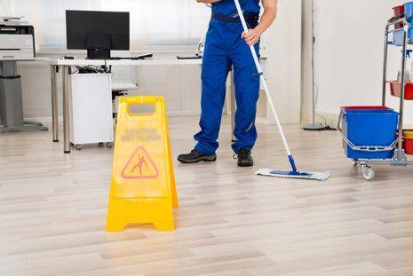 uomo pulisce pavimento