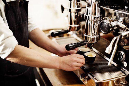Barista che prepara un caffé espresso
