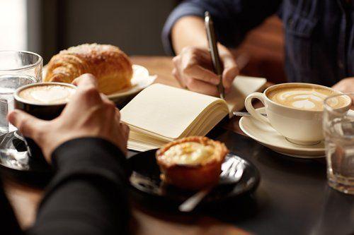 persone durante una pausa caffe
