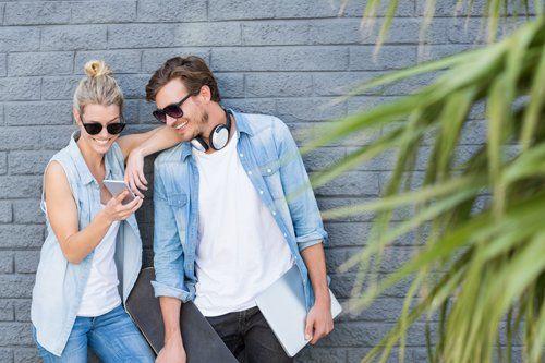 coppia di giovani con un abbigliamento casual e occhiali da sole