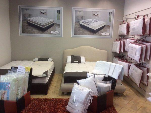 esposizione di cuscini dentro alle confezione e di materassi Permaflex
