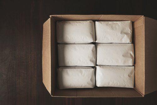 scatola di cartone con pacchetti