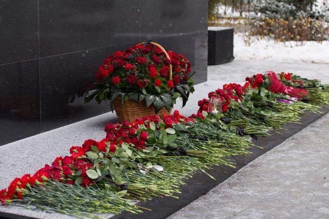 dei fiori rossi appoggiati e in un cestino