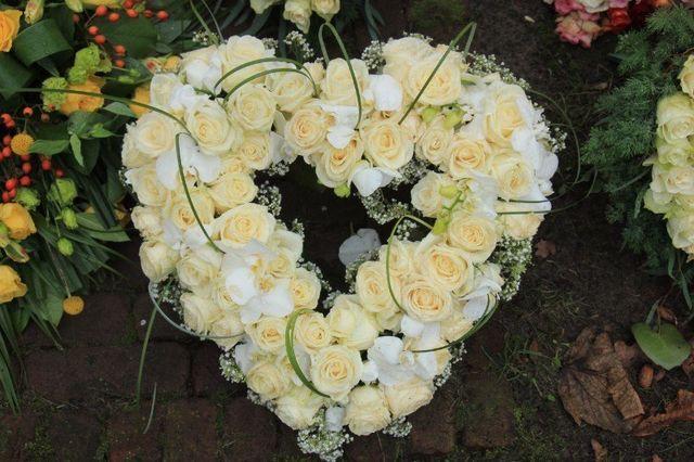 una composizione di rose bianche a forma di cuore