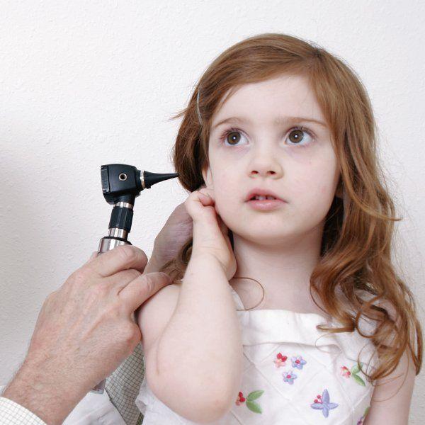 Bambina fa esame alle orecchie