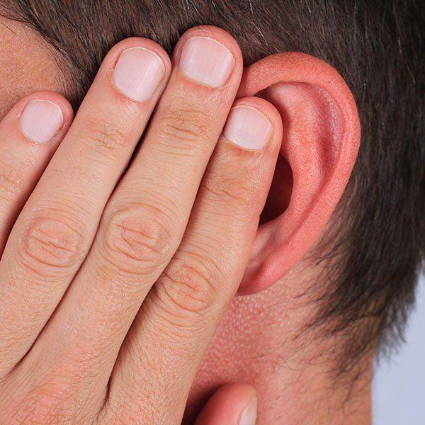 Uomo si tiene orecchio