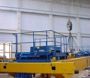 un piattaforma in ferro blu in un capannone