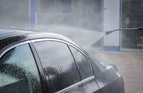 Il lavaggio di una macchina nera