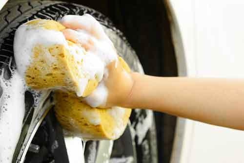 Lavaggio pneumatico con sapone e spugna gialla