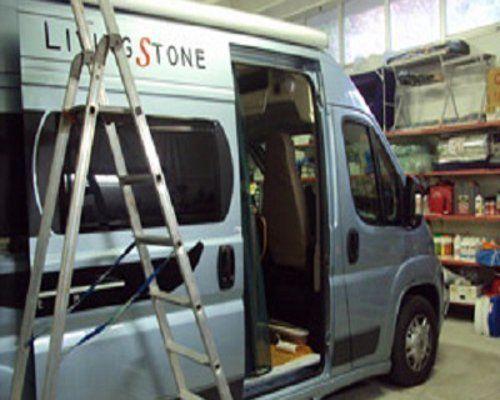 Vista laterale di un van con portellone aperto