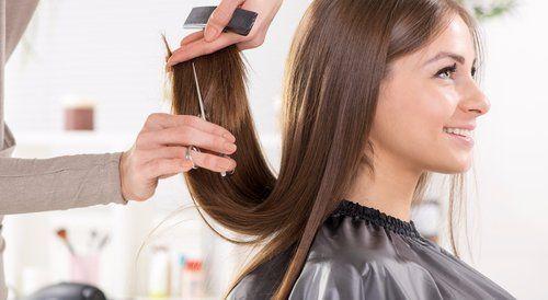 parrucchiera spunta i capelli a una cliente