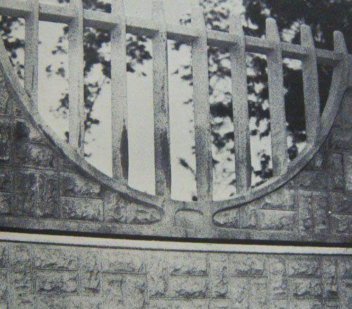Foto in bianco e nero di un muretto con finto steccato in cemento