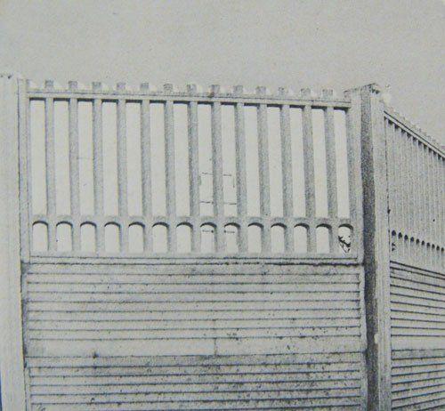 Foto in bianco e nero di un muretto in cemento decorato