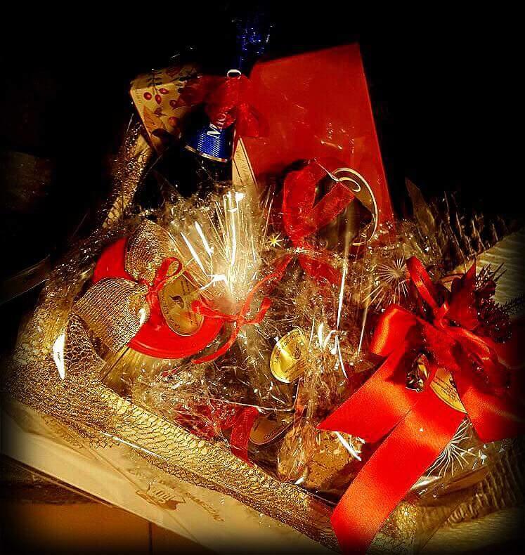 una torta a tema natalizio con scritta buona natale