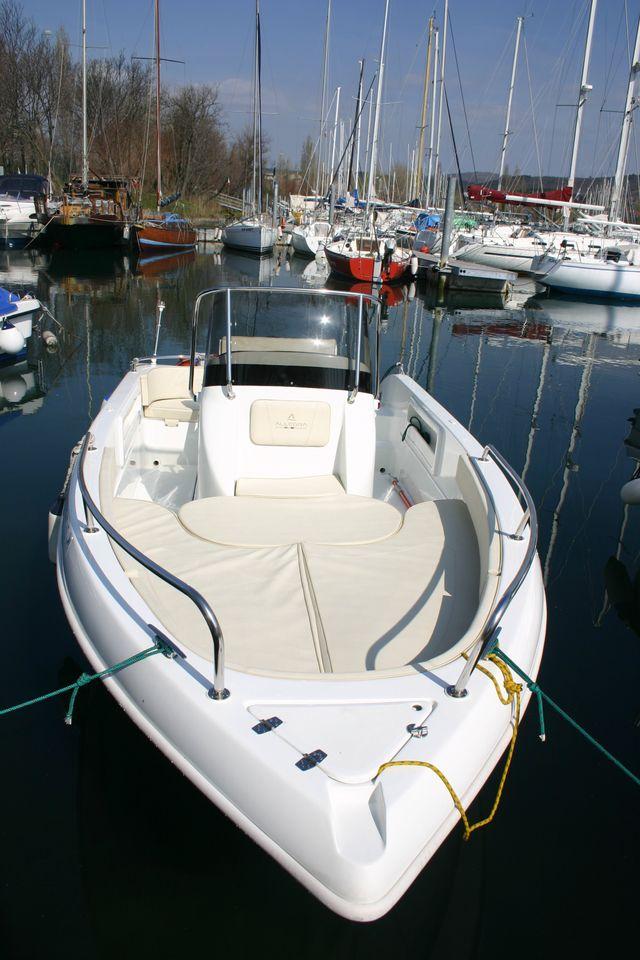 prua barca con timone in primo piano