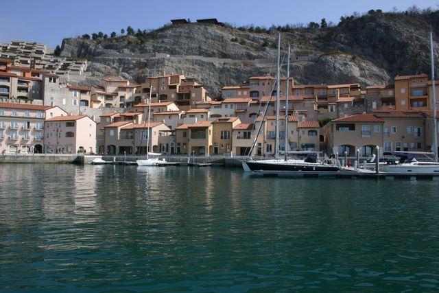 un porto con barche a vela