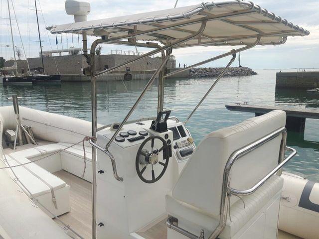 barca con tenda parasole