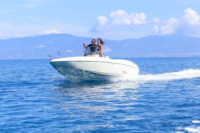 barca mentre naviga in mare aperto