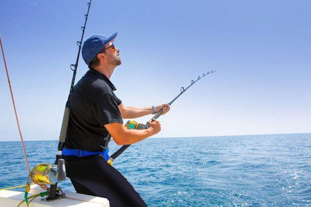 pescatore sportivo in barca