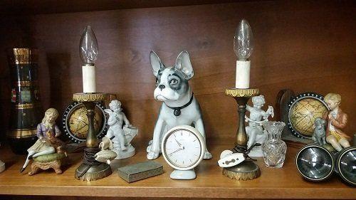 Vecchia lampadina con lampade a vela e vecchi oggetti in porcellana