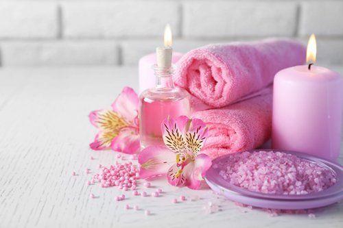 sali da bagno, una candela e oli essenziali per trattamenti estetici