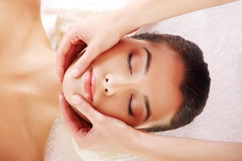 estetista effettua massaggio viso