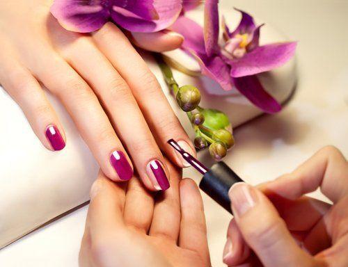 estetista esegue manicure alle unghie di una donna