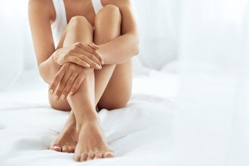 gambe lisce e depilate di una donna