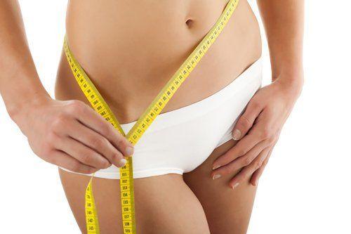 donna misura la propria circonferenza vita