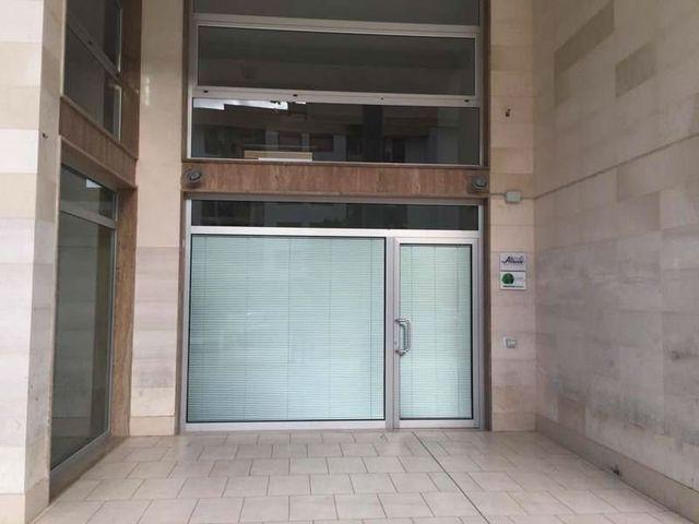 pareti esterne di un edificio e due porte a vetri