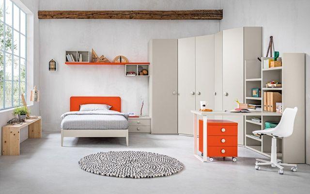una camera con un letto matrimoniale e pavimento in legno