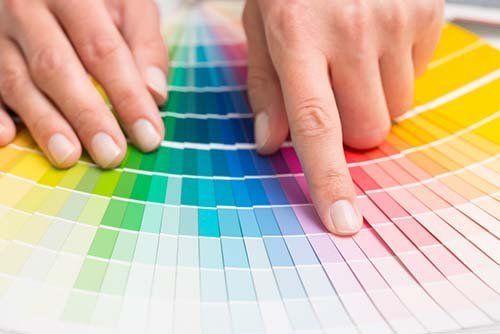 mano che sceglie un colore in un pannello