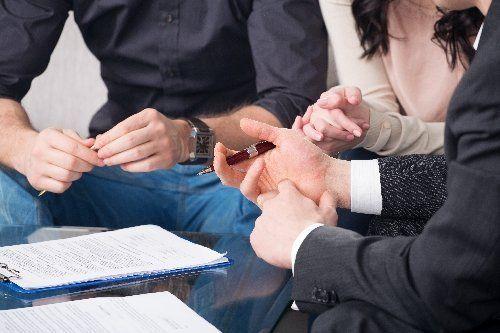 tre persone si accordano per firmare un contratto