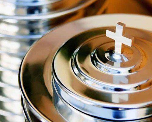un urna con sopra una croce