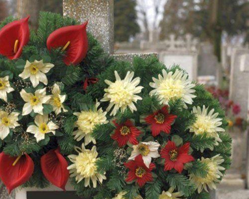 dei fiori bianchi e rossi