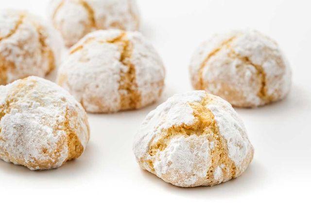 dei biscotti alle mandorle con zucchero a velo
