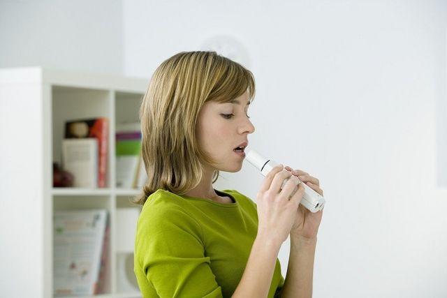 donna mentre fa il test lattulosio respirazione