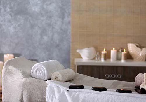 lettino per massaggi di pietre calde