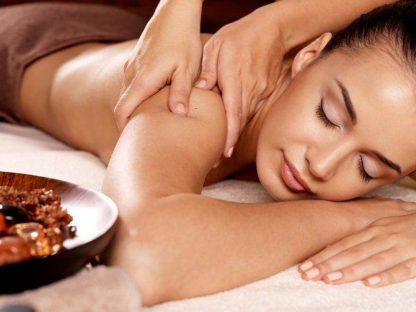 ragazza riceve massaggio shiatsu rilassante
