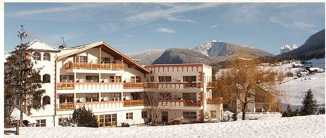 vista di un albergo e delle montagne innevate