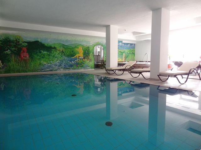 una piscina al coperto in un albergo