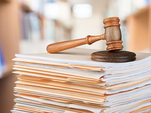 martello da giudice su pila di documenti