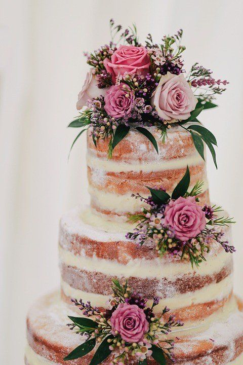 How To Decorate Your Wedding Cake With Fresh Flowers