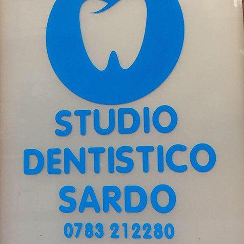 un'insegna con scritto Studio Dentistico Sardo