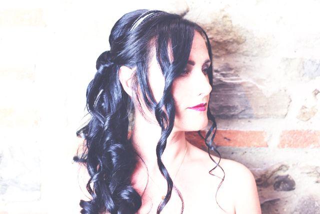 una donna vista di profilo con i capelli raccolti