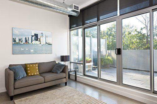 sala con serramenti in alluminio e vetro